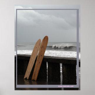 engranaje que practica surf póster