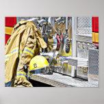 Engranaje y camión del bombero poster