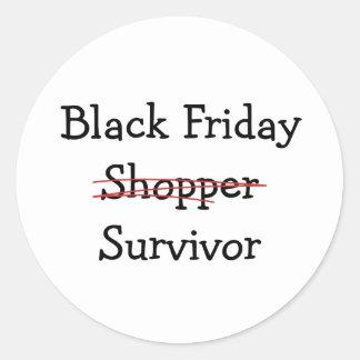 Engranaje y camisetas negros del superviviente del pegatina redonda