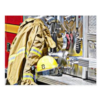 Engranaje y coche de bomberos del bombero de HDR Postal