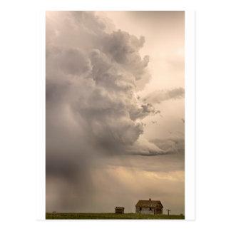 Engullido para arriba por una tormenta del monstru postales