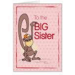 Enhorabuena a la hermana grande, mono en rosa tarjeta