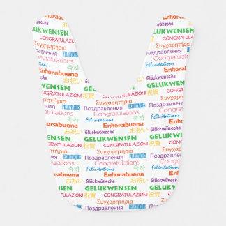 Enhorabuena en muchas idiomas baberos para bebé
