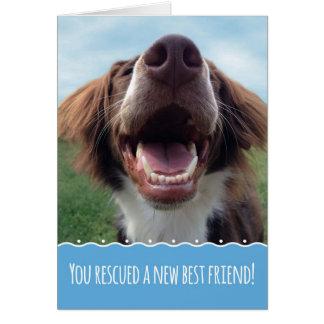 Enhorabuena en su nuevo perro del rescate, perrito tarjeta de felicitación