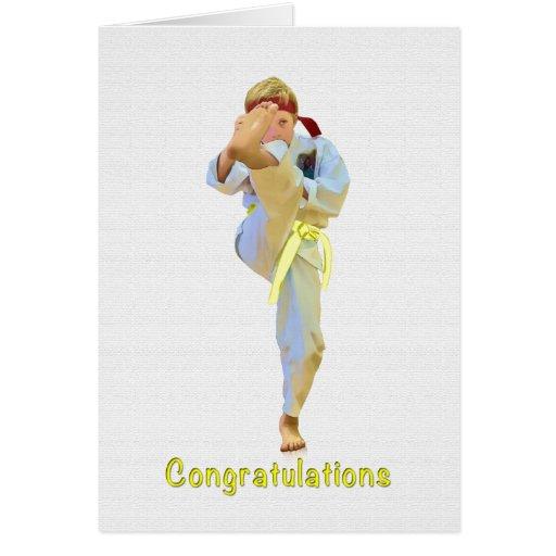 Enhorabuena, karate que golpea la tarjeta amarilla