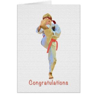 Enhorabuena, karate que golpea la tarjeta anaranja