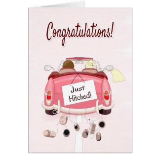 Enhorabuena para casarse con los pares en coche tarjeta de felicitación