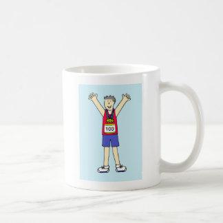 Enhorabuena para un hombre en el 100o maratón taza de café