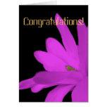 Enhorabuena rosada de la flor tarjetón