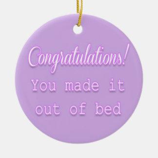 ¡Enhorabuena! Usted lo hizo fuera de cama Adorno Navideño Redondo De Cerámica