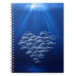 enjambre de los pescados bajo corazón del agua libretas