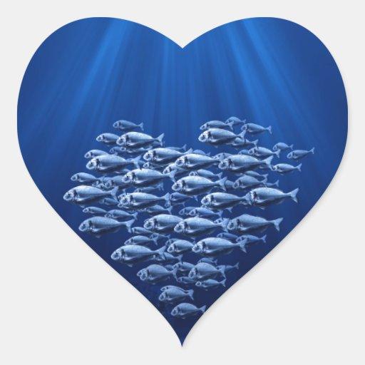 enjambre de los pescados bajo corazón del agua pegatina en forma de corazón