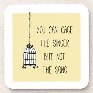 Enjaule al cantante posavaso