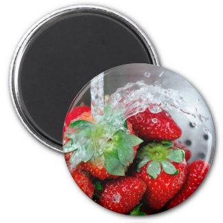 Enjuague de la fresa con agua iman de frigorífico