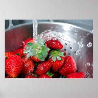 Enjuague de la fresa con agua poster