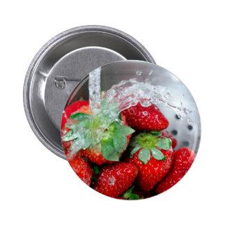 Enjuague de la fresa con agua pins