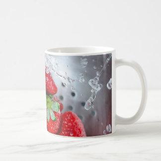 Enjuague de la fresa con agua taza