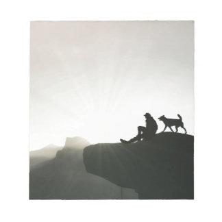 Enlace del hombre y del perro en la montaña libretas para notas