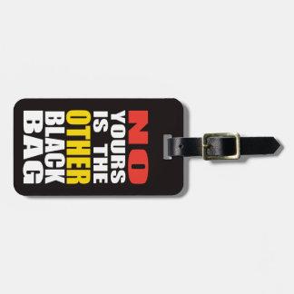 Ennegrezca la otra etiqueta negra del equipaje del etiquetas de maletas