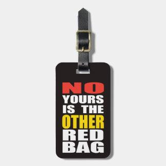 Ennegrezca la otra etiqueta roja del equipaje del  etiqueta de equipaje