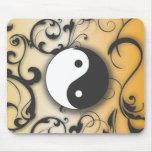 Ennegrézcase con Yin de bronce y Yang con las volu Alfombrillas De Ratón