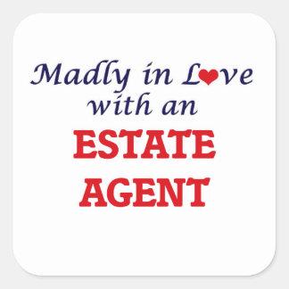 Enojado en amor con un agente de la propiedad pegatina cuadrada