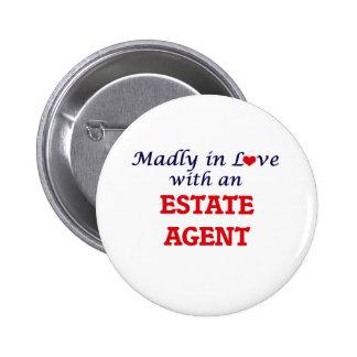 Enojado en amor con un agente de la propiedad pin redondo de 2 pulgadas