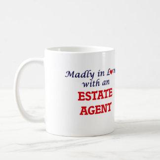 Enojado en amor con un agente de la propiedad taza