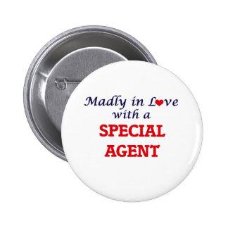 Enojado en amor con un agente especial pin redondo de 2 pulgadas