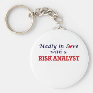 Enojado en amor con un analista del riesgo llavero redondo tipo pin