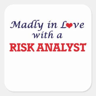 Enojado en amor con un analista del riesgo pegatina cuadrada