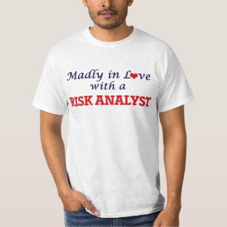 Enojado en amor con un analista del riesgo playera