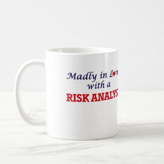 Enojado en amor con un analista del riesgo taza de café