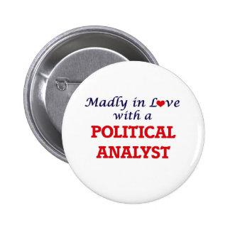 Enojado en amor con un analista político pin redondo de 2 pulgadas