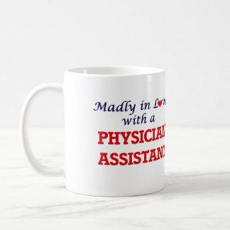 Enojado en amor con un ayudante del médico taza de café
