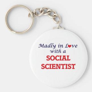 Enojado en amor con un científico social llavero redondo tipo pin