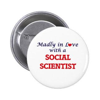 Enojado en amor con un científico social pin redondo de 2 pulgadas