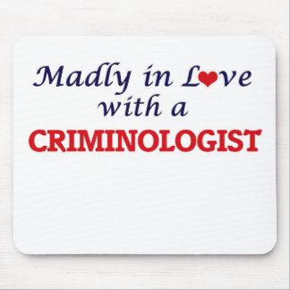 Enojado en amor con un criminalista mouse pads