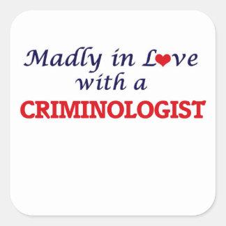 Enojado en amor con un criminalista pegatina cuadrada