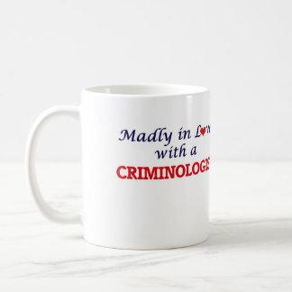 Enojado en amor con un criminalista taza de café