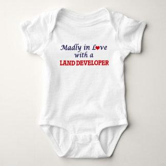Enojado en amor con un desarrollador de la tierra body para bebé