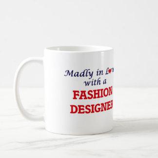 Enojado en amor con un diseñador de moda taza