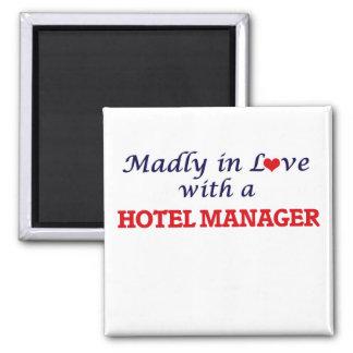 Enojado en amor con un encargado de hotel imán cuadrado