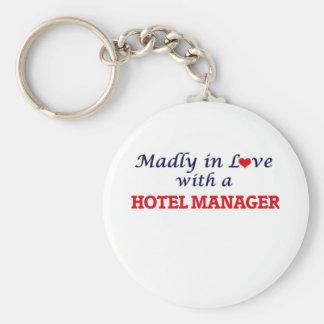 Enojado en amor con un encargado de hotel llavero redondo tipo pin