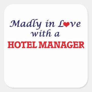 Enojado en amor con un encargado de hotel pegatina cuadrada