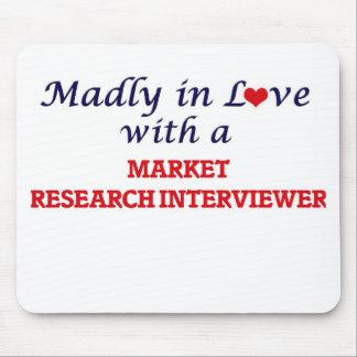 Enojado en amor con un entrevistador del estudio alfombrillas de ratón