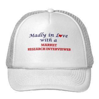 Enojado en amor con un entrevistador del estudio gorro de camionero
