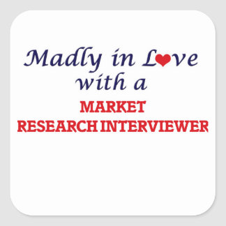 Enojado en amor con un entrevistador del estudio pegatina cuadrada