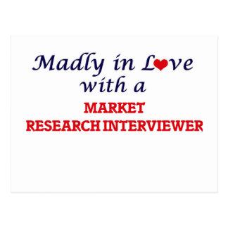 Enojado en amor con un entrevistador del estudio postales