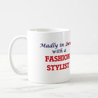 Enojado en amor con un estilista de la moda taza clásica